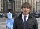 Прохожий в костюме птицы настойчиво лезет в кадр к журналисту
