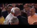 Radhanatha Swami y Anuttama prabhu saludados por el Papa Francisco