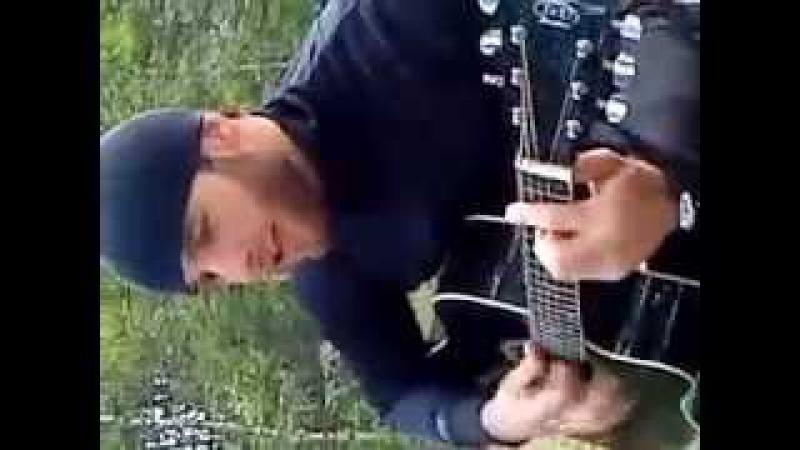 Нохчи парень. Красиво играет на гитаре и поет