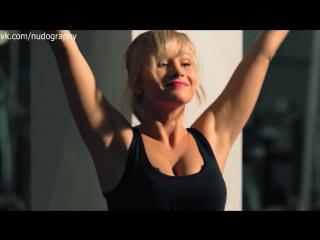 Екатерина Радченко и сексуальные девушки в зале в сериале Два отца и два сына - 1 сезон 10 серия