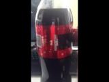 Coca-Cola придумала как всего за несколько секунд превратить этикетку напитка в красивый красный бант.