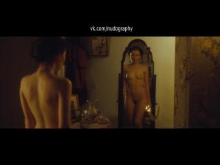 Эмили Браунинг (Emily Browning) голая в фильме Лето в феврале (Summer in February, 2013, Кристофер Менол)