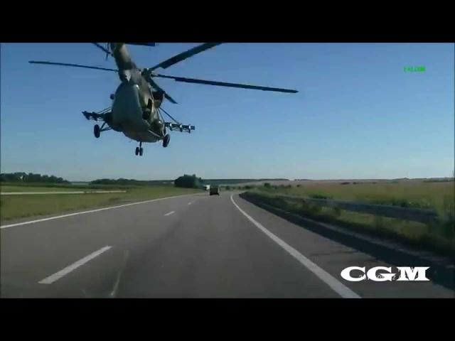 Вертолет Вооруженных сил Украины летит над дорогой Днепропетровск, август 2015 года 720x540
