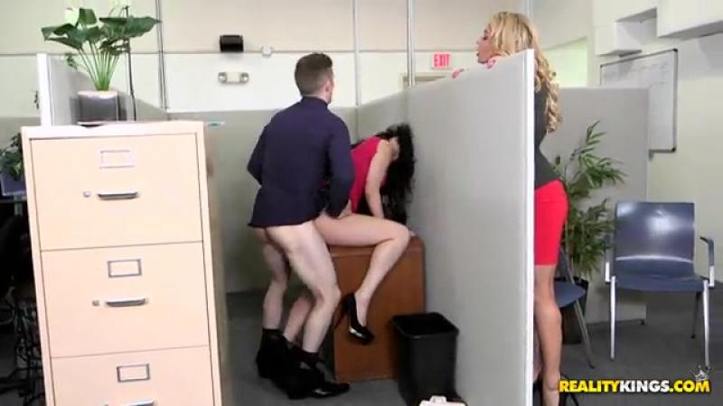 Ryan Smiles (Office fling / [Порно новинки HD,Секс в офисе,1on1,Asslick,Bigass,Blowjob,Brunette]