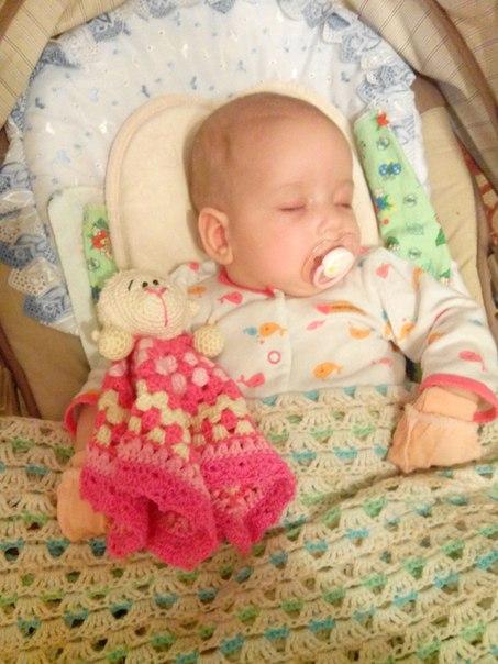 вязаная игрушка-комфортер для девочки овечка Розочка