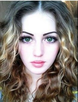 Огромные глаза в пол-лица, пухлые губы и копна вьющихся волос - про лицо Юлии так и хочется сказать «девочка такая девочка». А теперь опускаем глаза ниже...