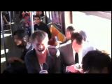 Парни отжигают на айфонах в метро