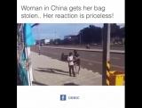 Женщина в Китае получает сумку похищенного .. Ее реакция бесценна!