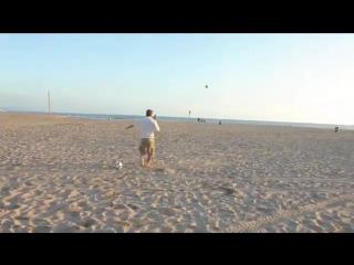 Дэвид Бекхэм трюкачит на пляже