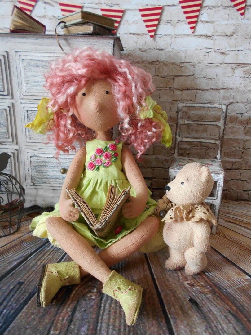 кукла с книжкой