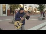 Гитарист-импровизатор удивил брянцев 12-струнным басом, который может заменить оркестр