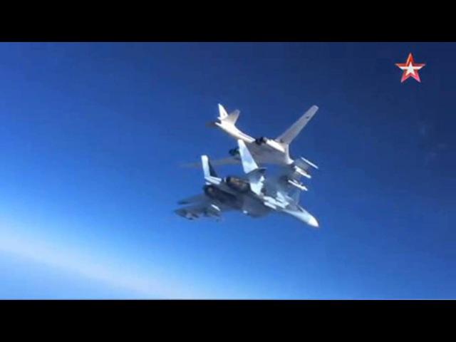 Су-30СМ прикрывает «Белого лебедя» над Сирией: кадры в воздухе