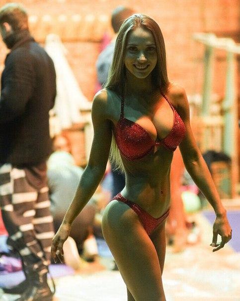 девочка с стройным телосложением