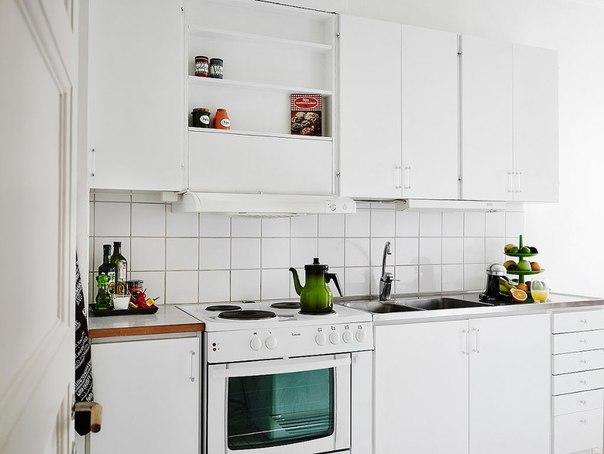 Стильная белая кухня в однушке