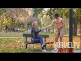 Picking Up Girls Naked!! Голый парень знакомится с девушкой, сидящей на лавочке