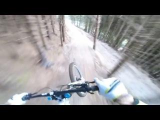 Безумный спуск на горном велосипеде