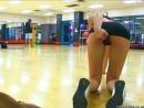 Шельма мастурбирует в спортзале
