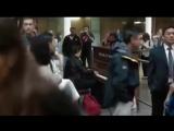 Профессионал-пианист поиграл на случайно попавшемся пианино -)