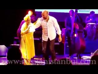 Халит Эргенч и кубинская звезда поют и танцуют на сцене вместе. Великолепное шоу!