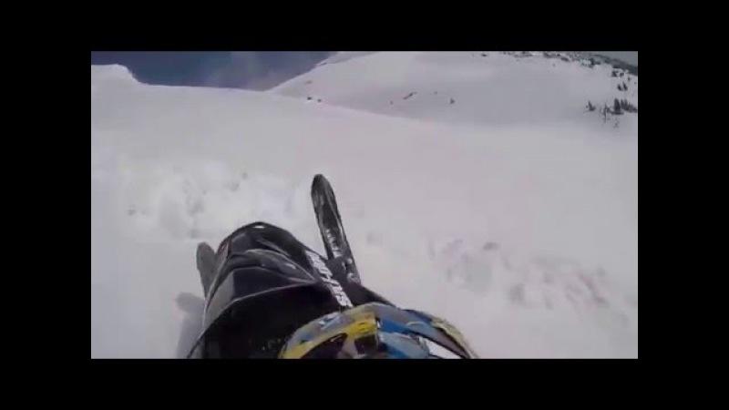В центре лавины на снегоходе