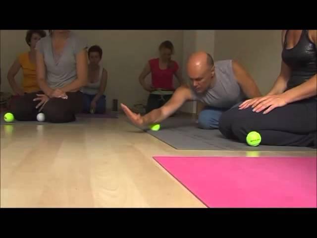 Как с помощью тенисного мячика можно избавиться от проблем с суставами и позвоночником