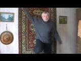 Пародия на школьника - Взрослый тупой дедушка - Танец - Танцует дед как молодой школьник в комнате