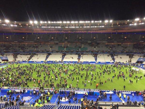 После матча между сборными Франции и Германии напуганные болельщики ринулись на футбольное поле