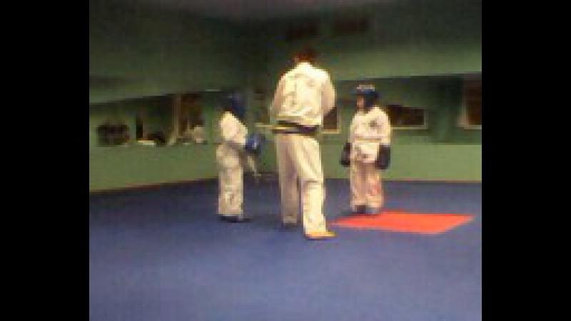 1 месяц тренировок тхэквондо (Миша сажает другого мальчика на попу) бой 2-й