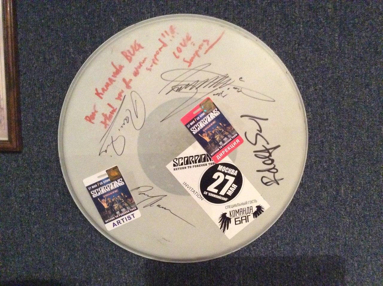 Автографы и пожелания на барабане от группы Scorpions для Команды БАГ