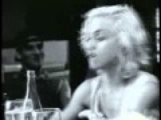 Madonna sucks the bottle (Мадонна сосет бутылку)