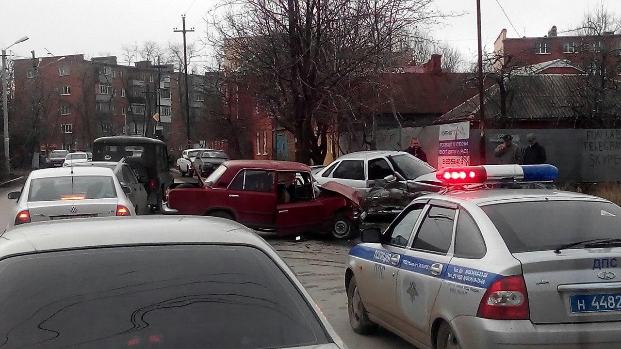 В Таганроге в 10-м переулке столкнулись два «ВАЗа»