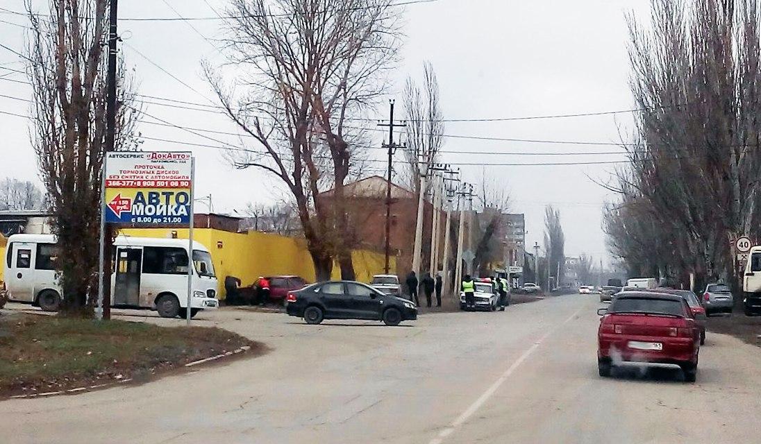 В Таганроге в результате ДТП один автомобиль врезался в столб, другой в забор