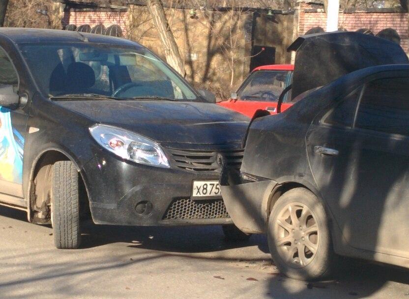 В центре Таганрога столкнулись сразу три автомобиля