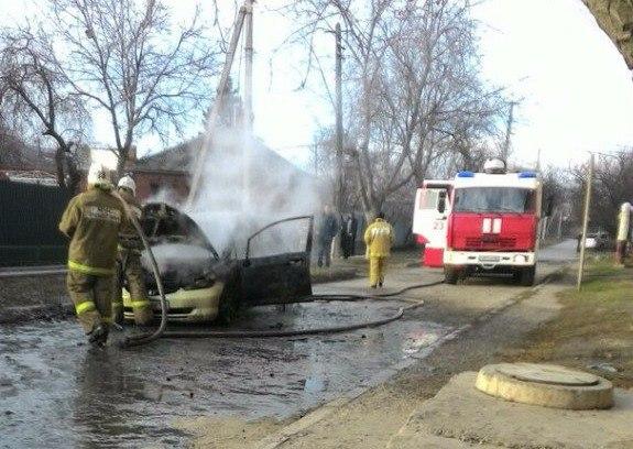 В Таганроге сгорел автомобиль Honda Fit. ВИДЕО