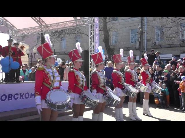 Ансамбль девушек барабанщиц в красных костюмах Солнечногорск
