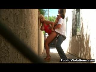 Порно выебали в переулке