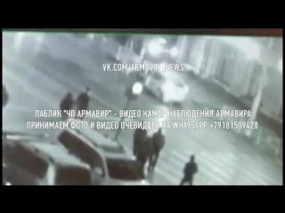 Камера наблюдения сняла, как иномарка врезалась историческое здание универмага в центре Армавира
