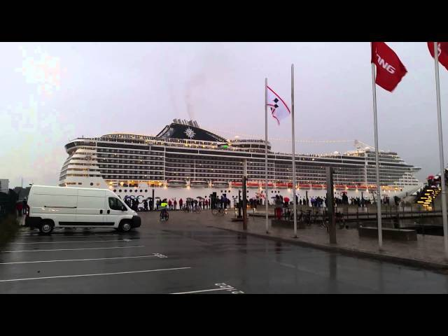MSC Splendida playing We will rock you / Seven Nation Army
