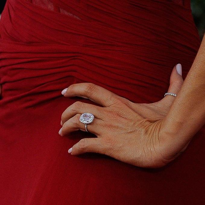 X5ucyWqnseY - Обручальные кольца звездных невест Голливуда