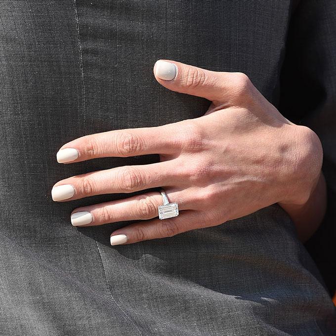 EIh cVROv1Y - Обручальные кольца звездных невест Голливуда