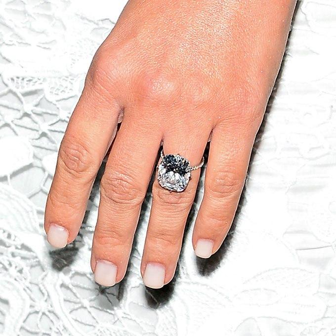 8nAZxWNgyIw - Обручальные кольца звездных невест Голливуда