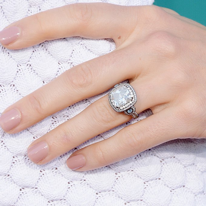 Обручальное кольцо звездных невест Голливуда на сайте организатора свадеб в Волгограде. Ведущий на свадьбу Волгограда, Павел Июльский. +7(937)-727-25-75 и +7(937)-555-20-20