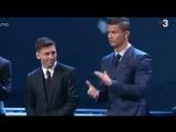 Криштиану Роналду аплодирует Лионелю Месси после оглашения результатов