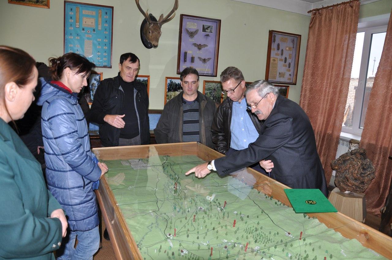 Директор Национального парка Бузулукский бор Анатолий Карханин - крайний справа, рассказывает о природных особенностях самого крупного в степях Северной Евразии лесного острова