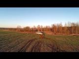 Квадроцикл месит грязь. Съемка с воздух