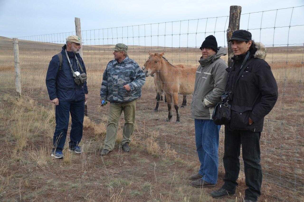 Е.Кузнецов, зооинженер О.Скрипниченко и Ф.Джоли (крайний справа) у вольера с лошадьми Пржевальского Центра разведения степных животных