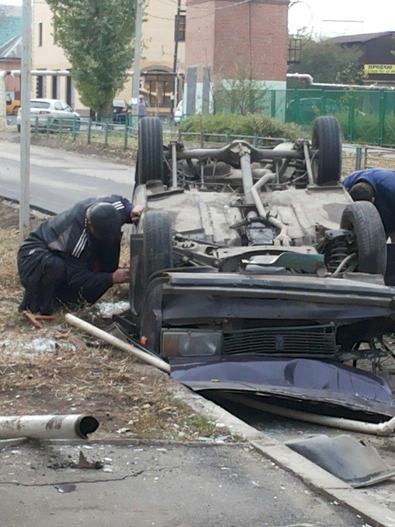 В Таганроге на улице Маршала Жукова в результате ДТП перевернулась машина