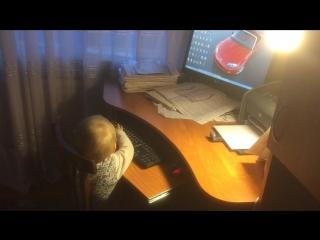 """Юный хакер. Нам год и 8 месяцев, но с компьютером уже на """"ТЫ""""."""