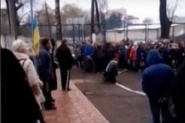 «Нерабов» в Тернополе учат отрабатывать позу покорности в школах и ВУЗах