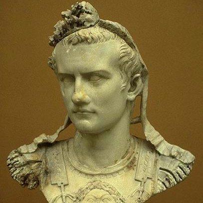 Существует интересная история возникновения прозвища одного из римских императоров. Она связана с именно обувью. Гай Юлий Цезарь Август Германик – это его полное имя. Ничего не говорит? А если скажу, что его прозвище Калигула? Так сразу понятно про какую историческую личность идет речь. Так вот, частью обмундирования солдат Римской Империи была специальная обувь без носка, которая подбивалась гвоздями и имела название «калиги». Но вот незадача – выходить в свет с открытыми носками было неприлично. Но вышеупомянутый император плевать хотел на подобные обувные правила этикета, за что и получил прозвище Калигула.